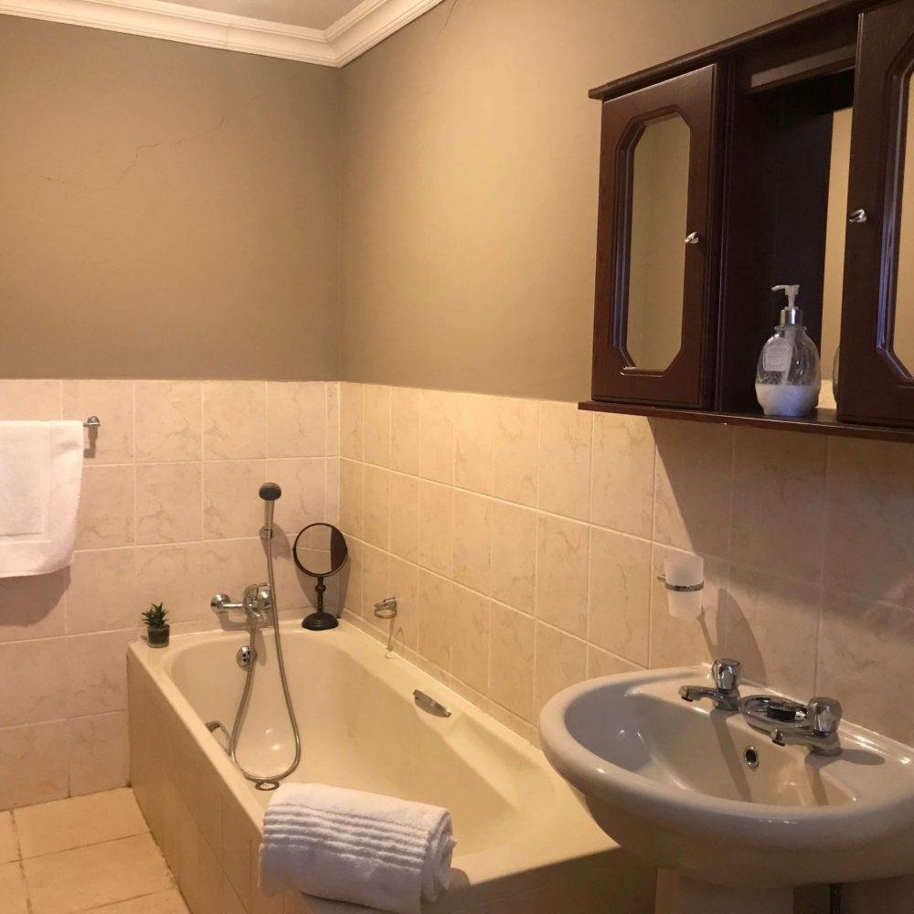 Self cater room 1 ensuite bathroom